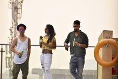 Giovani amici che bevono birra fuori, Pune Fotografie Stock