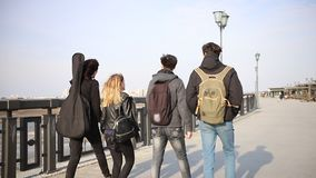 Giovani amici che camminano sul lungomare video d archivio