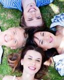 Giovani amici che formano un cerchio Fotografia Stock Libera da Diritti