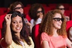 Giovani amici che guardano un film 3d fotografie stock