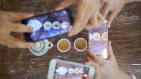Giovani amici che prendono foto di cerimonia di tè del cinese tradizionale con il telefono cellulare Vista bevente del tè del ser archivi video
