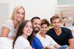 Giovani amici che si rilassano a casa Fotografie Stock