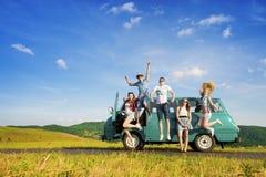 Giovani amici dei pantaloni a vita bassa sul viaggio stradale Fotografie Stock Libere da Diritti