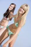 Giovani amici femminili sulla festa della spiaggia Fotografia Stock