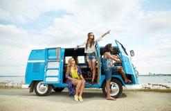 Giovani amici sorridenti di hippy sopra l'automobile del furgoncino Fotografia Stock Libera da Diritti
