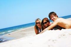 Giovani amici sulla spiaggia di estate Fotografia Stock