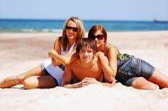 Giovani amici sulla spiaggia di estate Immagini Stock