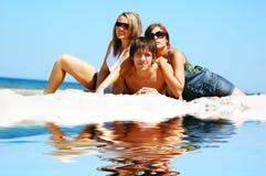 Giovani amici sulla spiaggia di estate Immagine Stock