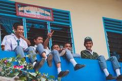 Giovani anni dell'adolescenza indonesiani nell'edificio scolastico Immagine Stock Libera da Diritti