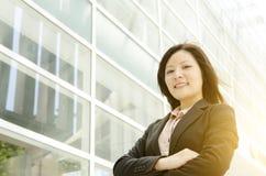 Giovani armi asiatiche della donna di affari attraversate Fotografie Stock Libere da Diritti