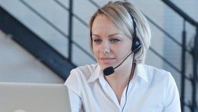Giovani attraenti che lavorano in una call center Fotografia Stock