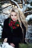 Giovani attraenti irl sulla neve all'aperto Immagine Stock Libera da Diritti