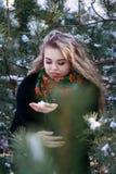 Giovani attraenti irl sulla neve all'aperto Immagini Stock Libere da Diritti