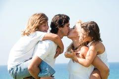 giovani bacianti delle coppie Immagini Stock