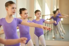 Giovani ballerine caucasiche nella classe di balletto Immagini Stock Libere da Diritti