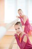 Giovani ballerine che riposano alla sbarra nella classe Fotografia Stock Libera da Diritti
