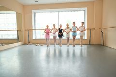 Giovani ballerine nella posizione di balletto, spazio della copia Fotografia Stock Libera da Diritti