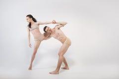 Giovani ballerini che eseguono nell'interazione vicina a vicenda Fotografia Stock