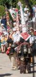 Giovani ballerini in costumi al festival pagano di folclore in Bulgaria immagini stock