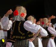 Giovani ballerini dalla Romania in costume tradizionale 12 Immagini Stock