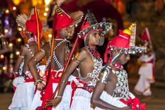 Giovani ballerini di Ves, altrimenti noto come su paese i ballerini aspettano l'inizio del Esala Perahera a Kandy nello Sri Lanka Fotografia Stock