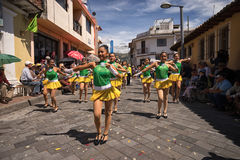 Giovani ballerini femminili nella via Fotografie Stock