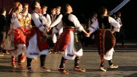 Giovani ballerini serbi in costume tradizionale stock footage