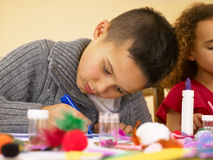 Giovani bambini della corsa mixed che fanno gli artigianato Fotografia Stock Libera da Diritti
