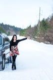 Giovani bei problemi di segnalazione della donna con l'automobile rotta sulla vittoria Immagine Stock Libera da Diritti
