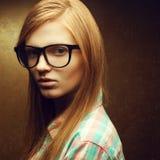 Giovani bei vetri d'avanguardia d'uso dai capelli rossi Fotografie Stock Libere da Diritti