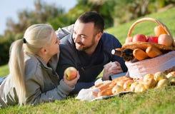 Giovani belle coppie amorose che chiacchierano come avendo picnic fotografia stock