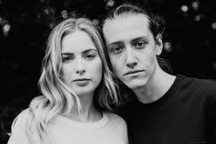 Giovani belle coppie amorose romantiche sveglie faccia a faccia esaminando ogni altre occhi esterni in natura fotografia stock libera da diritti