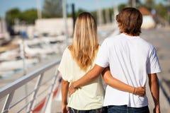 Giovani belle coppie che godono di una passeggiata Fotografie Stock Libere da Diritti