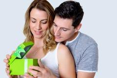 Giovani belle coppie con il contenitore di regalo Immagine Stock