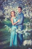 Giovani belle coppie nell'amore fra di melo Fotografia Stock Libera da Diritti