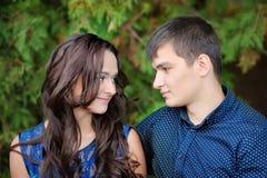 Giovani belle coppie nell'amore sulla natura insieme Fotografie Stock