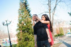 Giovani belle coppie nella posa di amore all'aperto in città Giovane donna che sorride con il suo uomo bello fotografie stock libere da diritti