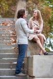 Giovani belle coppie a Parigi immagini stock