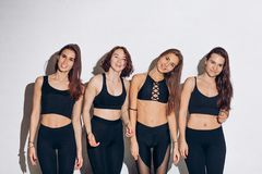 Giovani belle donne che fanno gli stessi movimenti fotografia stock libera da diritti