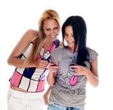 Giovani belle donne che per mezzo del cellulare Fotografia Stock