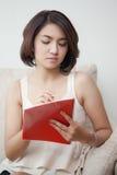 Giovani belle donne che tengono libro e matita Fotografia Stock Libera da Diritti