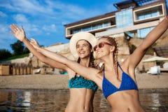 Giovani belle ragazze in esultanza dello swimwear, sorridendo, ridenti della spiaggia Fotografie Stock Libere da Diritti