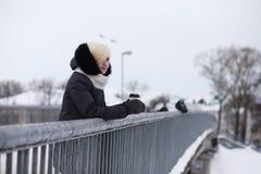 Giovani belle ragazze su una passeggiata nell'inverno Immagini Stock Libere da Diritti