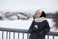 Giovani belle ragazze su una passeggiata nell'inverno Immagine Stock Libera da Diritti