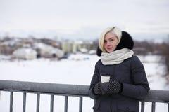 Giovani belle ragazze su una passeggiata nell'inverno Fotografia Stock Libera da Diritti