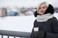 Giovani belle ragazze su una passeggiata nell'inverno Immagine Stock