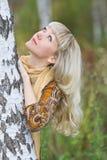 Giovani, bello basamento biondo della donna vicino ad una betulla Immagine Stock Libera da Diritti