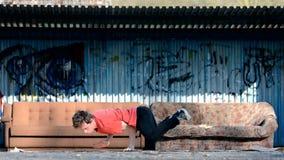 Giovani breakdance di dancing del ragazzo sulla via video d archivio