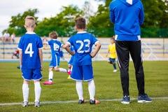 Giovani calciatori con l'allenatore di football americano Fotografia Stock Libera da Diritti