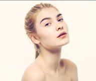 Giovani capelli biondi del bello della donna ritratto del fronte Fotografia Stock Libera da Diritti